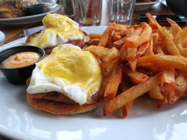 eggs benedict with fries and samurai sauce